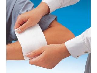 Aplikace nesterilní gázy Sterilux na postižené místo na těle