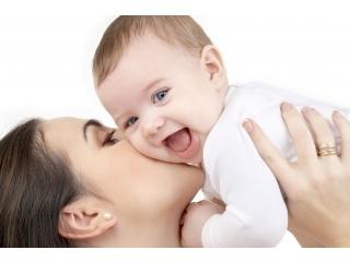 Matka chovající dítě